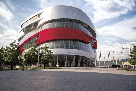 Mercedes-Benz Museum mit rotem Brustring