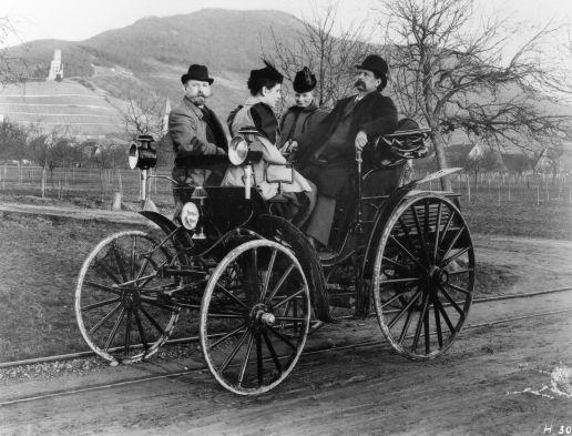 Carl und Bertha Benz, Tochter Klara sowie Fritz Held im Jahr 1894 bei einer Ausfahrt nahe Schriesheim, auf einem Benz Victoria.