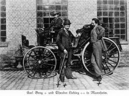 Theodor von Liebieg (Mitte) auf seiner Fernreise 1894 mit seinem Benz Victoria zu Besuch in Mannheim bei Carl Benz (rechts).