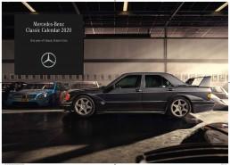"""Sportlichkeit in den Genen der Marke: Die Titelseite des Mercedes-Benz Classic Calendar 2020 """"One year of Classic Dream Cars"""" zeigt einen Mercedes-Benz 190 E 2.5-16 Evolution II in einer der """"Heiligen Hallen"""" der unternehmenseigenen Fahrzeugsammlung vor einer Phalanx von Mercedes-Benz DTM-Renntourenwagen."""