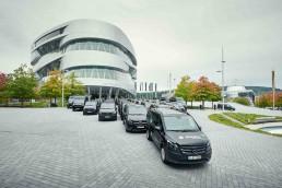 Profis für die Personenbeförderung: 105 Mercedes-Benz Vans für Schlienz-Tours; Übergabe vor dem Mercedes-Benz Museum