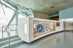 """Die vielfältigen Erscheinungsformen des Mercedes-Benz Markenzeichens macht das Mercedes-Benz Museum mit der Sammlungsvitrine im Raum Collection 4 """"Galerie der Namen"""" deutlich."""