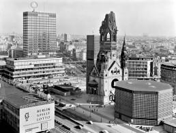 1965 wird ein zehn Meter hoher, drehbarer Mercedes-Stern auf dem Dach des Europa-Centers am Kurfürstendamm in Berlin installiert (links hinten) und am 30. März 1965 eingeweiht. Es ist damals die größte drehbare und hydraulisch kippbare Neonanlage der Welt.
