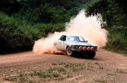 Gegen harte Konkurrenz erringen Björn Waldegaard/Hans Thorszelius und Jorge Recalde/Nestor Straimel bei der 12. Rallye Bandama, Côte d´Ivoire (Elfenbeinküste), vom 9. bis 14. Dezember 1980 einen Doppelsieg mit dem 500 SLC. Das ist gleichzeitig der letzte werksseitige Rallye-Einsatz der Daimler-Benz AG, denn im Dezember 1980 entscheidet der Vorstand, dass sich die Stuttgarter aus Kapazitätsgründen von der Weltmeisterschaft zurückziehen.