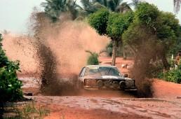 Der SLC schafft das: Das spätere Siegerteam Hannu Mikkola / Arne Hertz (Startnummer 6) mit einem Mercedes-Benz 450 SLC 5.0 Rallyefahrzeug während der 11. Bandama Rallye, Côte d'Ivoire (Elfenbeinküste) vom 9. bis 14. Dezember 1979.