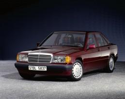 """Mercedes-Benz 190 E 1.8 (W 201). Das Modell mit Einspritzmotor löst 1990 den 190 mit Vergasermotor ab. Im Foto die Ausstattungsvariante """"Rosso""""."""