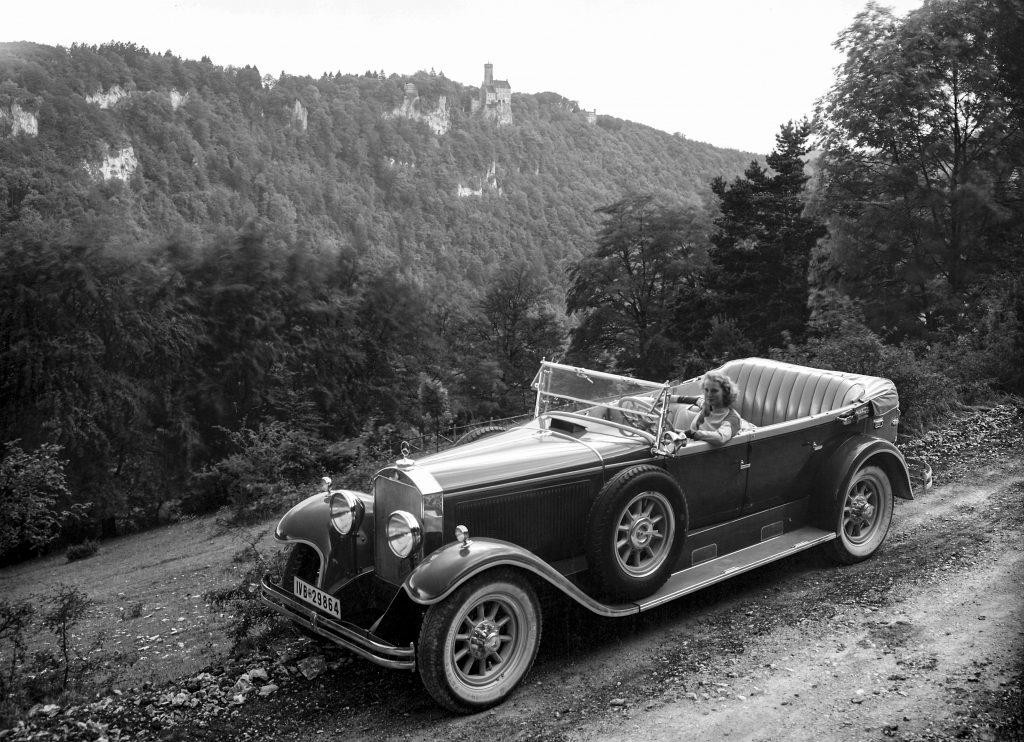 Elegantes Cabriolet: Mercedes-Benz 19/100 PS Typ Nürburg 500 aus dem Jahr 1931. Am Steuer die Filmschauspielerin Brigitte Helm.