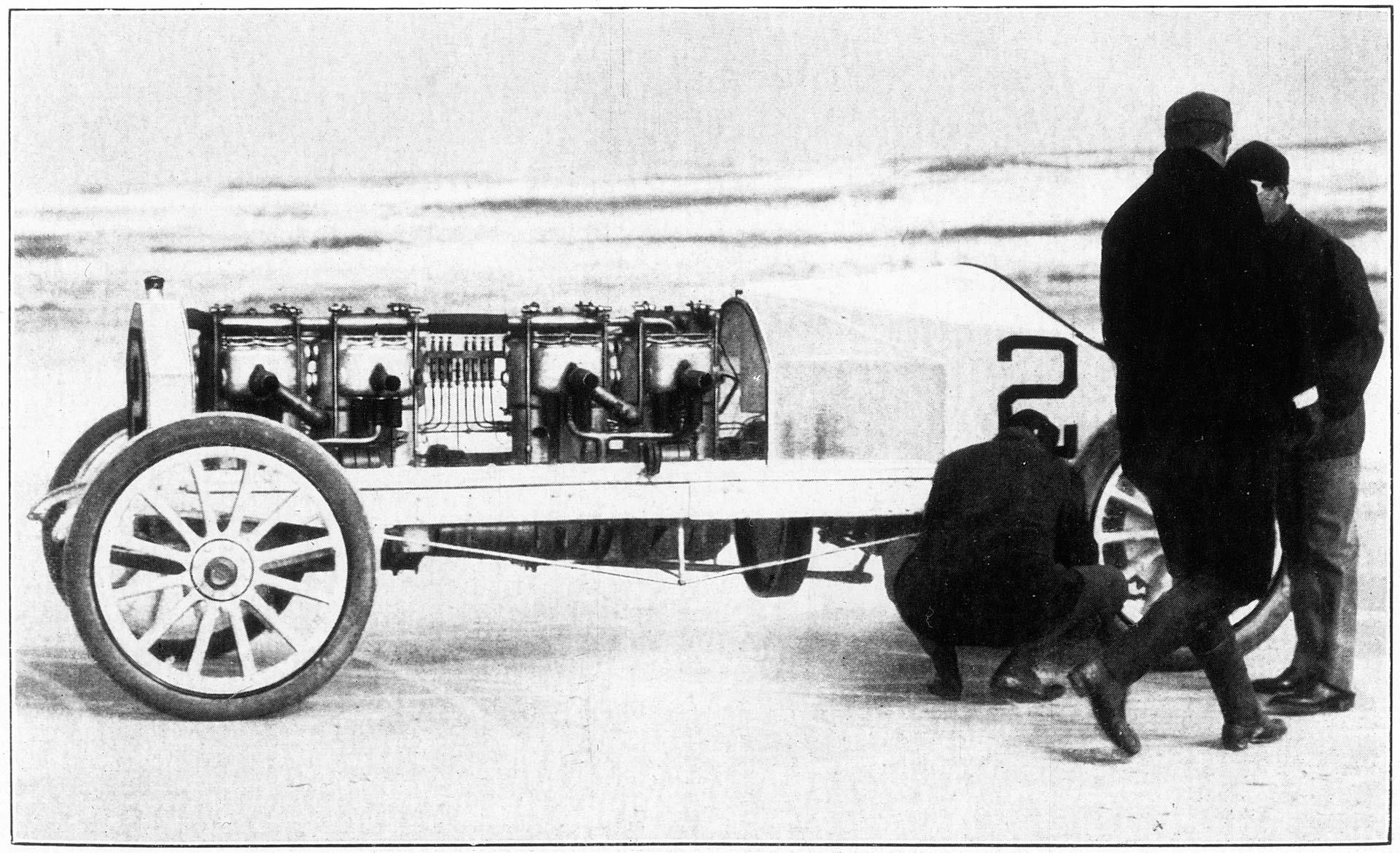 Meeting in Daytona, 25. Januar 1905. H. L. Bowden (Startnummer 2) während der Rekordversuche mit einem Fahrzeug, das von zwei Mercedes 60 PS-Motoren angetrieben wird.