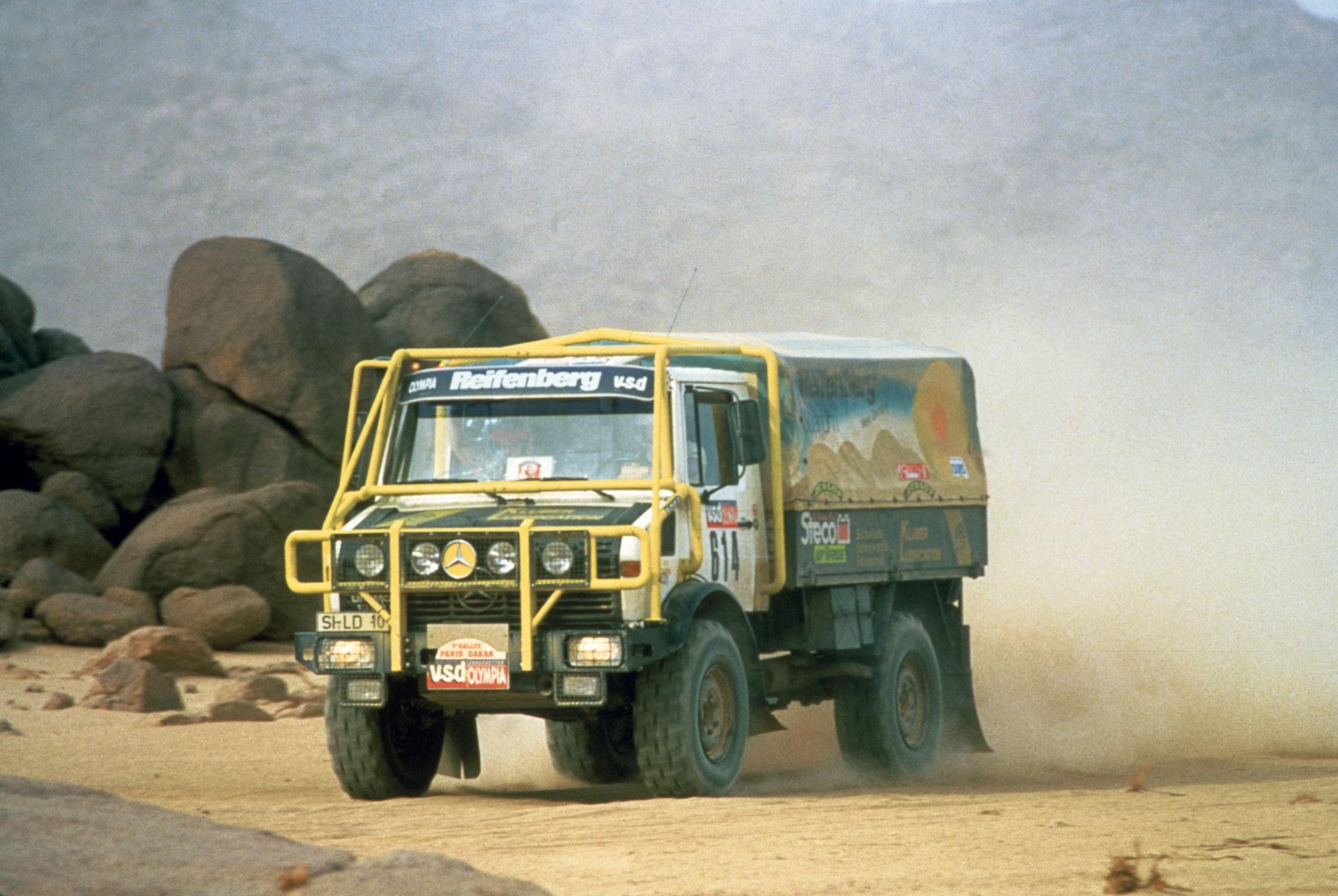 Mercedes-Benz Unimog U 1300 L, Baureihe 435. Mit dem Rallyefahrzeug gewinnen Karl-Friedrich und Jost Capito die Lkw-Wertung der 7. Rallye Paris-Dakar 1985.