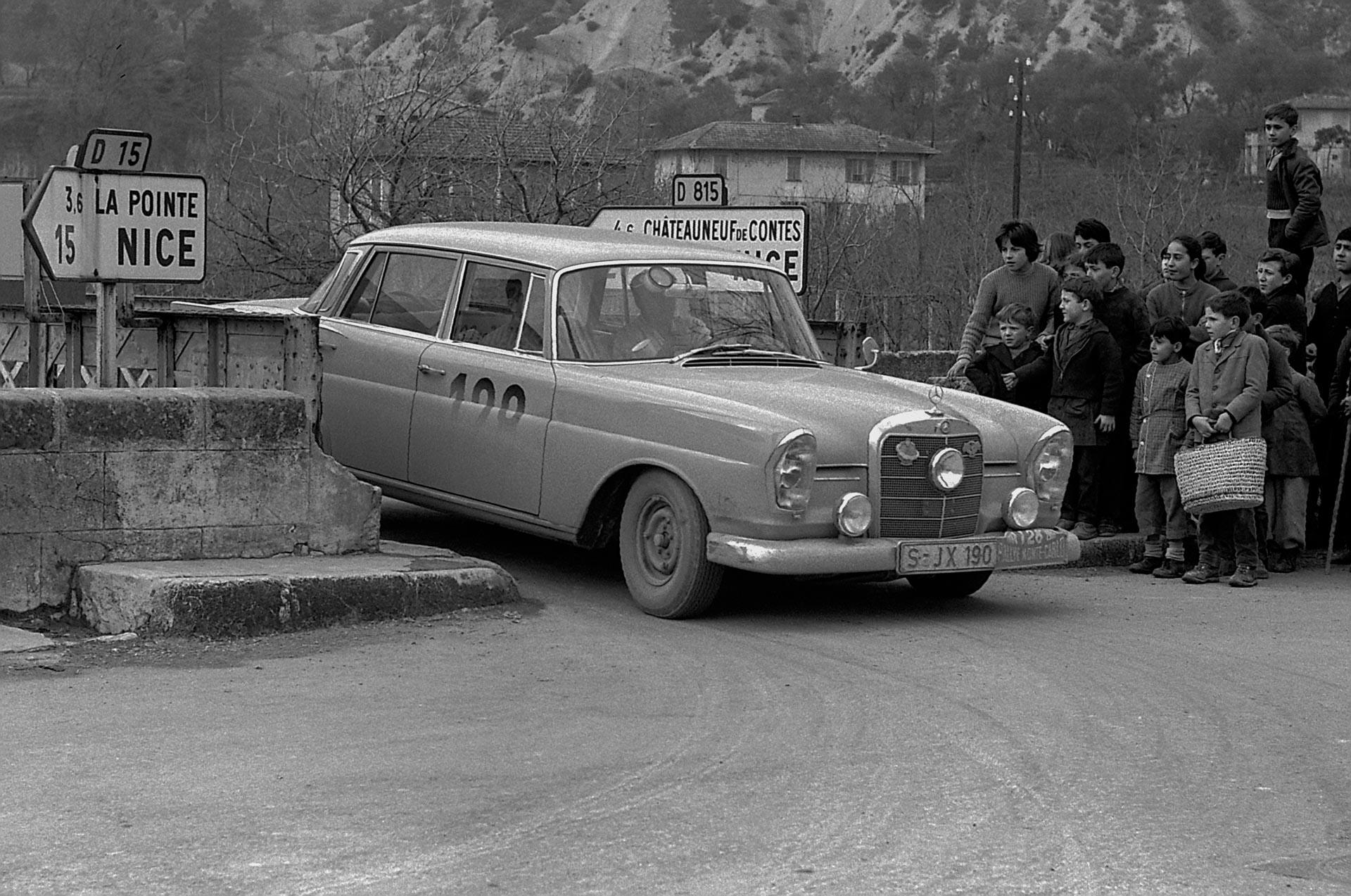 29. Rallye Monte Carlo, 18. bis 24. Januar 1960. Das spätere Siegerteam Walter Schock und Rolf Moll auf Mercedes-Benz 220 SE (W 111).