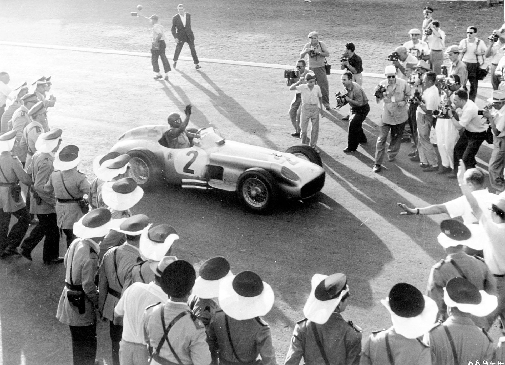 Siegespose: Juan Manuel Fangio in seinem Rennwagen vom Typ Mercedes-Benz W 196 nach dem Sieg des Großen Preises von Argentinien am 16. Januar 1955.