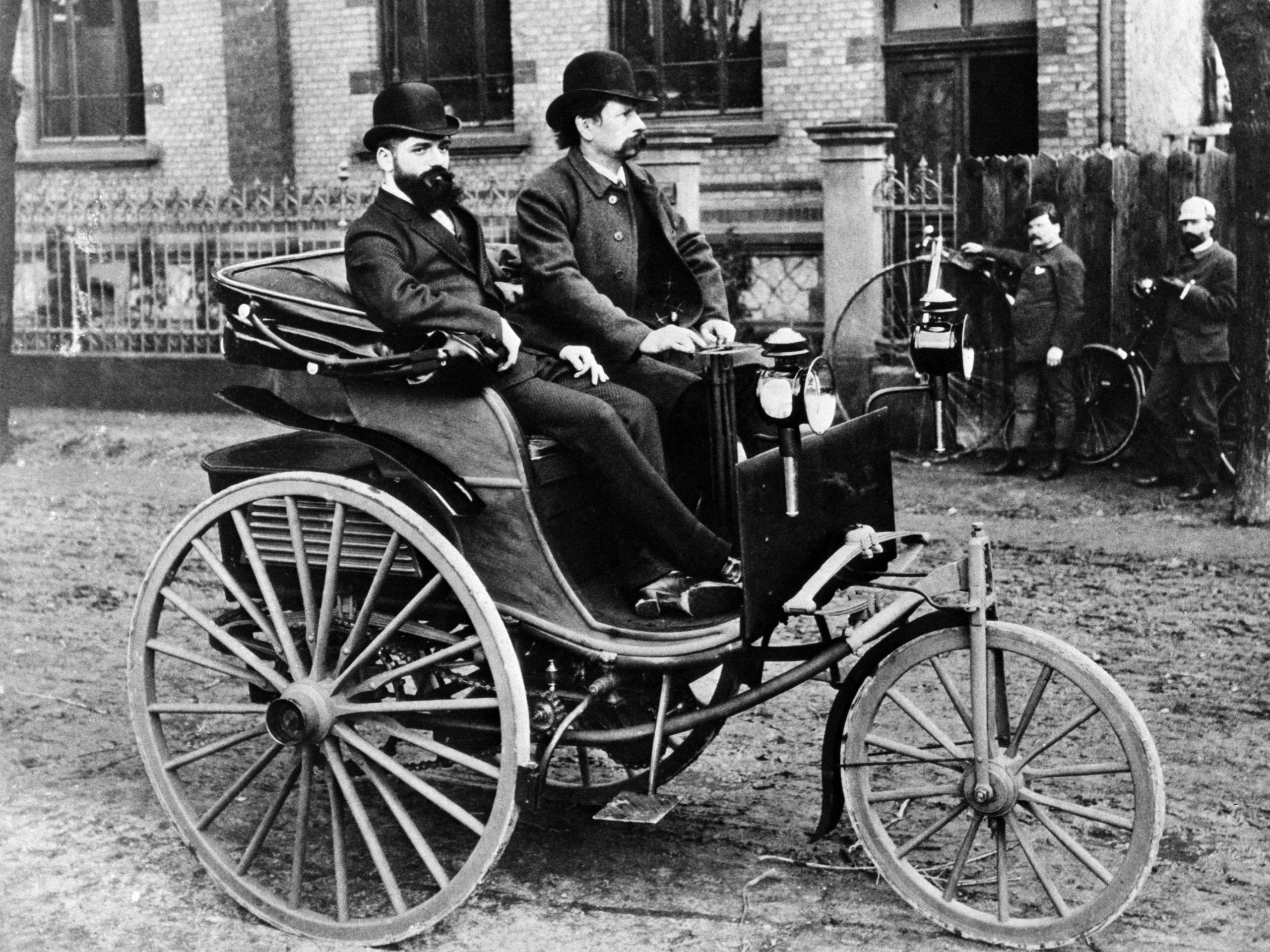 Evolution: Die verbesserte Ausführung des Benz Patent-Motorwagens, vorgestellt 1888, hat bereits Kotflügel über den Hinterrädern. Rechts im Bild: Carl Benz.