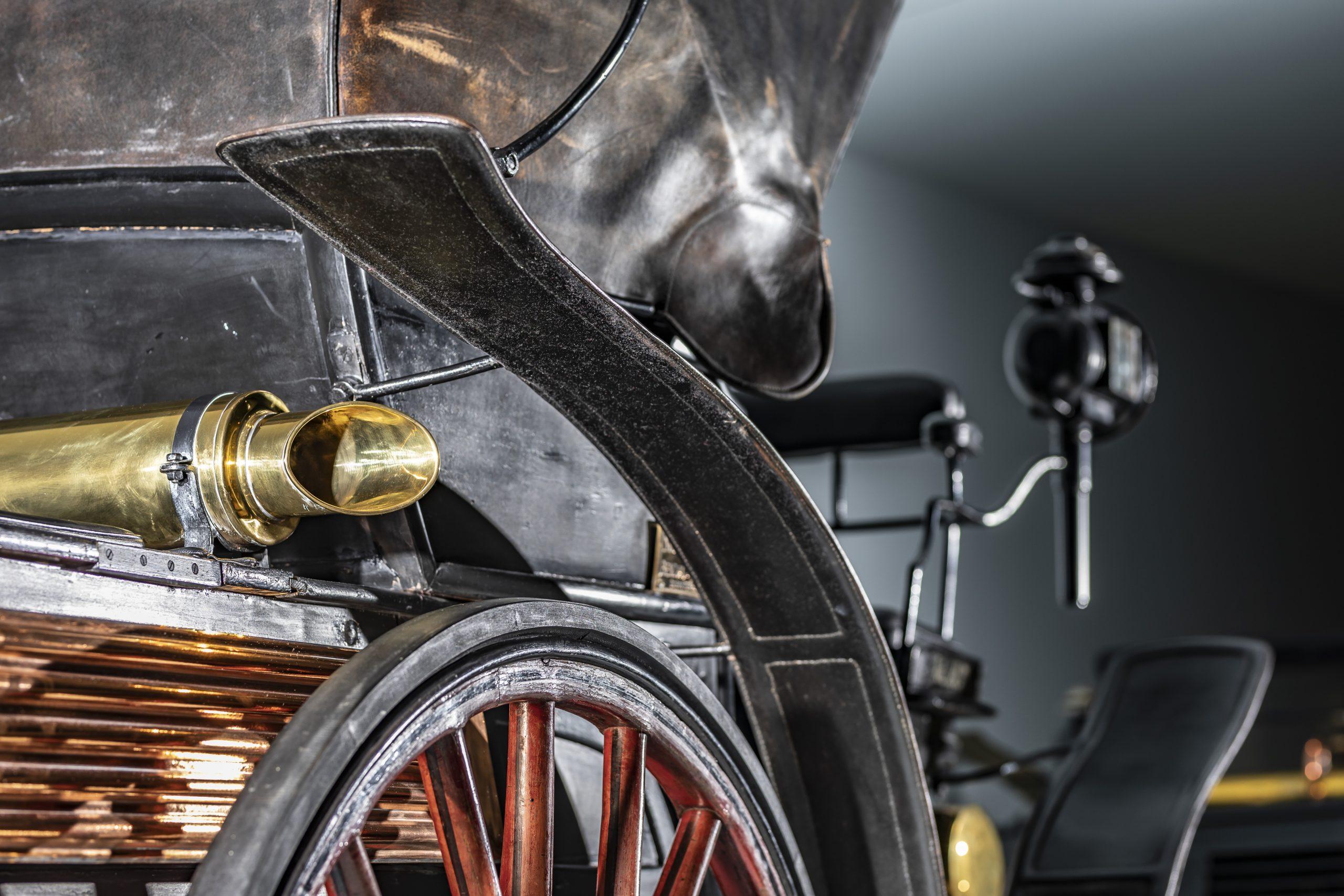 Schmaler Spritzschutz: Bei frühen Kotflügeln, hier am Benz Vis-à-Vis aus dem Jahr 1893 im Mythosraum 1 des Mercedes-Benz Museums, ist die Herkunft aus dem Kutschendesign zu erkennen.