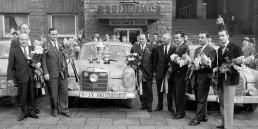 29. Rallye Monte Carlo, 18. bis 24. Januar 1960. Das Mercedes-Benz Team am Stuttgarter Hauptbahnhof. Von rechts: Roland Ott / Eberhard Mahle, Eugen Böhringer / Hermann Socher, Walter Schock / Rolf Moll und Rennleiter Karl Kling mit dem Siegerwagen, einem Mercedes-Benz 220 SE (W 111) mit der Startnummer 128.