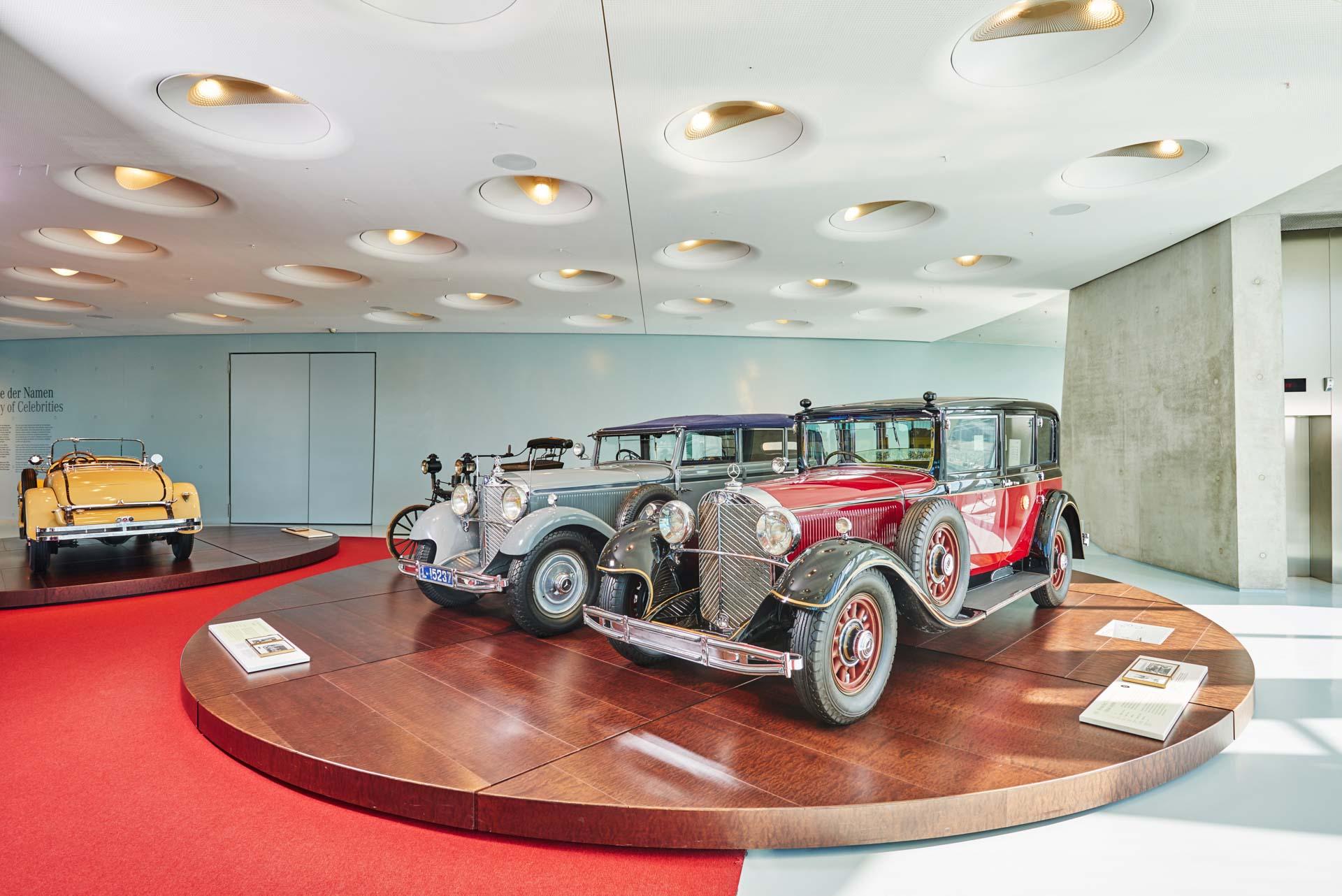 """Mercedes-Benz 770 """"Großer Mercedes"""" Pullman-Limousine des japanischen Kaisers Hirohito. Das 1935 ausgelieferte Fahrzeug mit dem Chrysanthemen-Wappen des Kaisers auf den Türen stammt aus einem halben Dutzend Pullman-Limousinen des Typs """"Großer Mercedes"""", die der Kaiserhof in den 1930er-Jahren kauft. Heute gehört das luxuriöse Repräsentationsfahrzeug mit Sonderschutz zur Dauerausstellung des Mercedes-Benz Museums im Raum """"Collection 4: Galerie der Namen"""". Direkt daneben: der nicht minder repräsentative Mercedes-Benz 770 """"Großer Mercedes"""" Cabriolet F von Kaiser Wilhelm II. aus dem Jahr 1932."""
