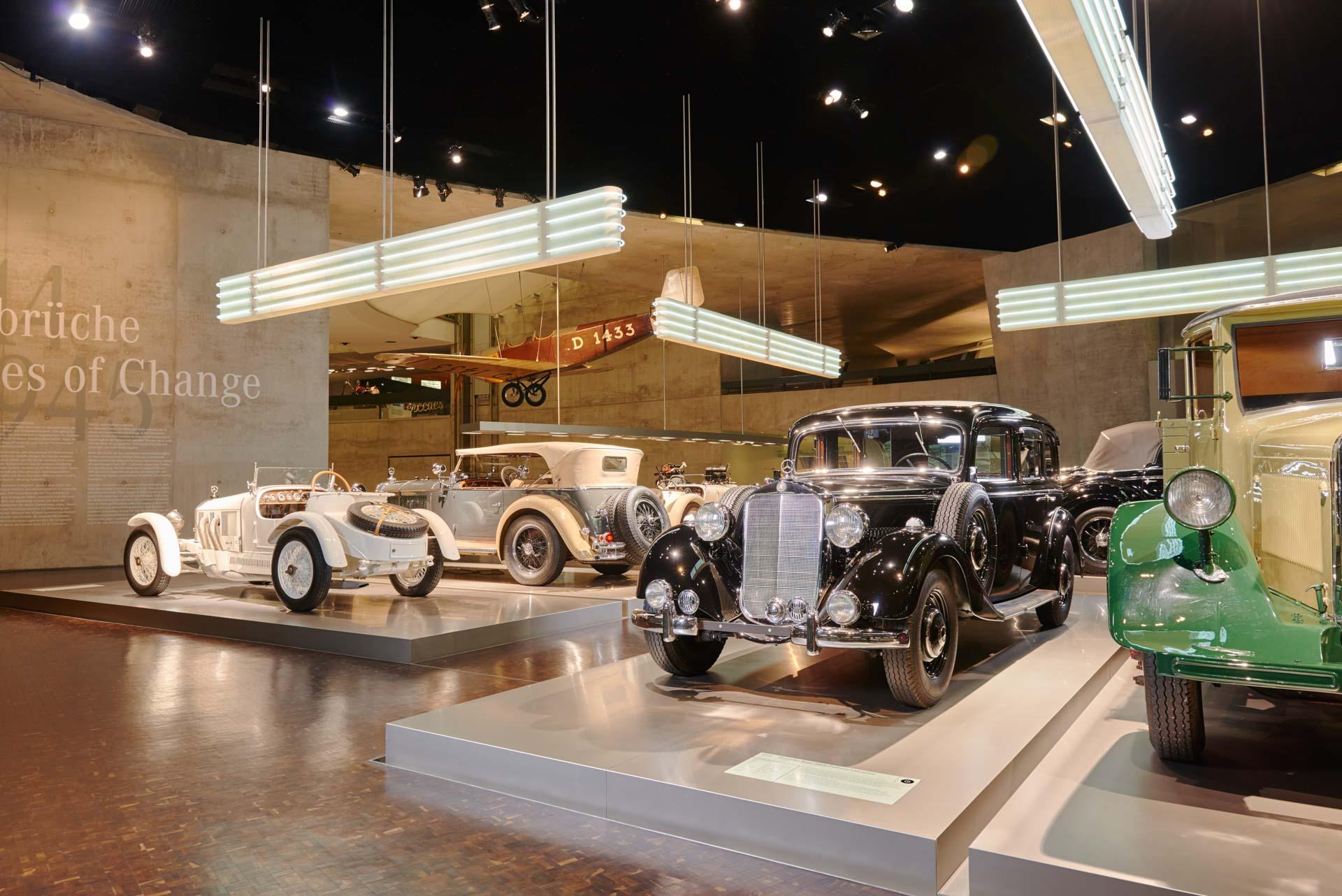 """Mercedes-Benz 260 D (W 138) Pullman-Limousine im Mercedes-Benz Museum, Raum """"Mythos 3: Umbrüche – Diesel und Kompressor"""". Die Pullman-Ausführungen sind besonders als Taxi beliebt, da sie sechs Personen Platz bieten."""