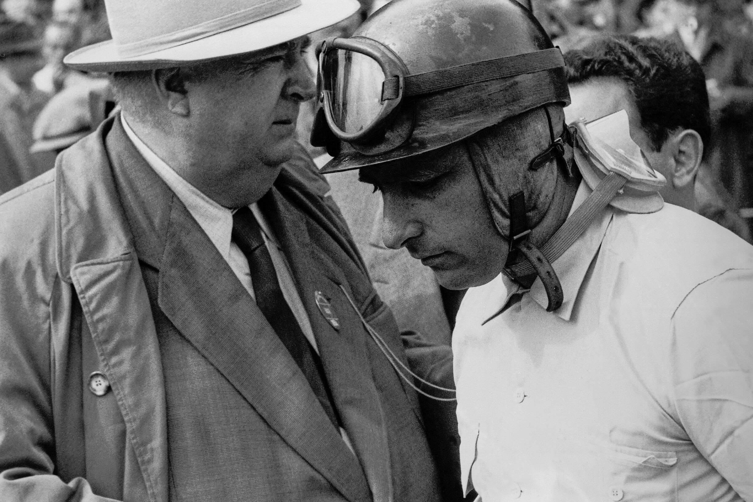 Mit Halbschalenhelm: Juan Manuel Fangio
