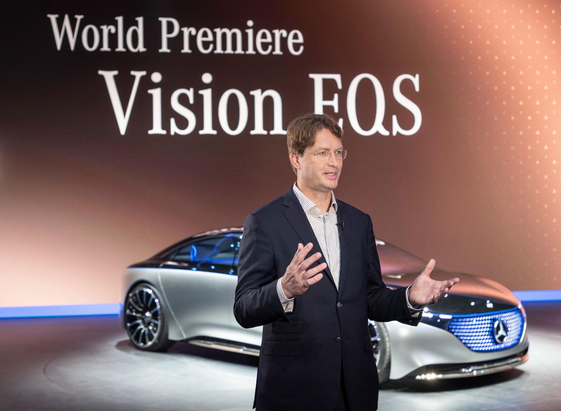 Der Mercedes-Benz VISION EQS, präsentiert von Ola Källenius, Vorsitzender des Vorstands der Daimler AG und Leiter Mercedes-Benz Cars, feierte seine Weltpremiere im Rahmen der Pressekonferenz. Das Showcar gibt einen Ausblick in die Zukunft von Mercedes-Benz. Die elektrische Luxuslimousine unterstreicht, dass Nachhaltigkeit ein zentrales Thema ist. Denn mit dem Technologieträger VISION EQS zeigt Mercedes-Benz ein Showcar auf Basis einer völlig neuen, vollvariablen elektrischen Antriebsplattform, die in vieler Hinsicht skalierbar und modellübergreifend einsetzbar ist.