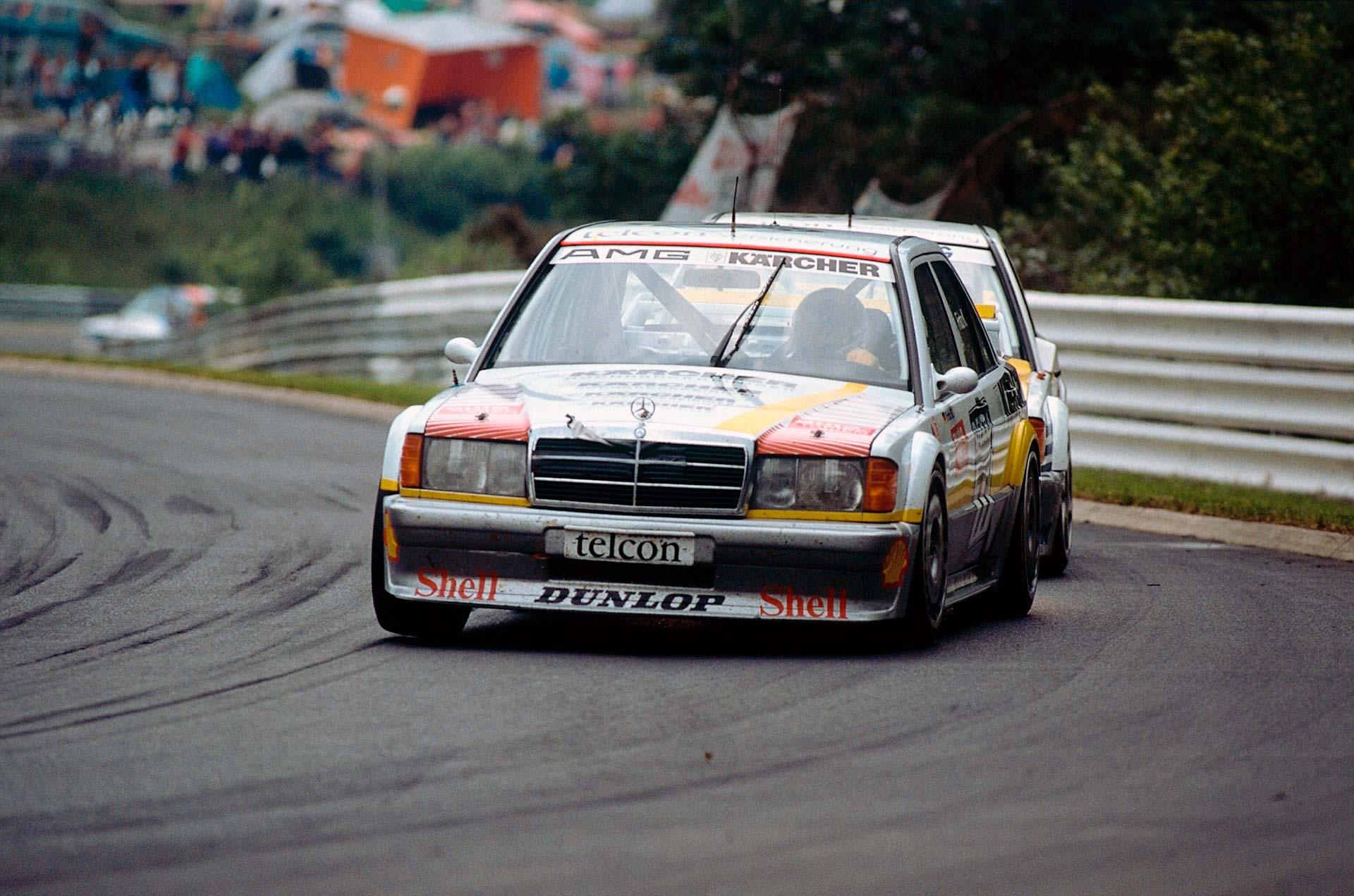 Der AMG Mercedes-Benz 190 E 2.5 Evolution II DTM-Renntourenwagen hat beim Internationalen ADAC 24-Stunden-Rennen auf dem Nürburgring am 16. Juni 1990 Premiere. Fritz Kreutzpointner (Startnummer 77) belegt mit EVO II den zweiten Platz im zweiten Lauf.