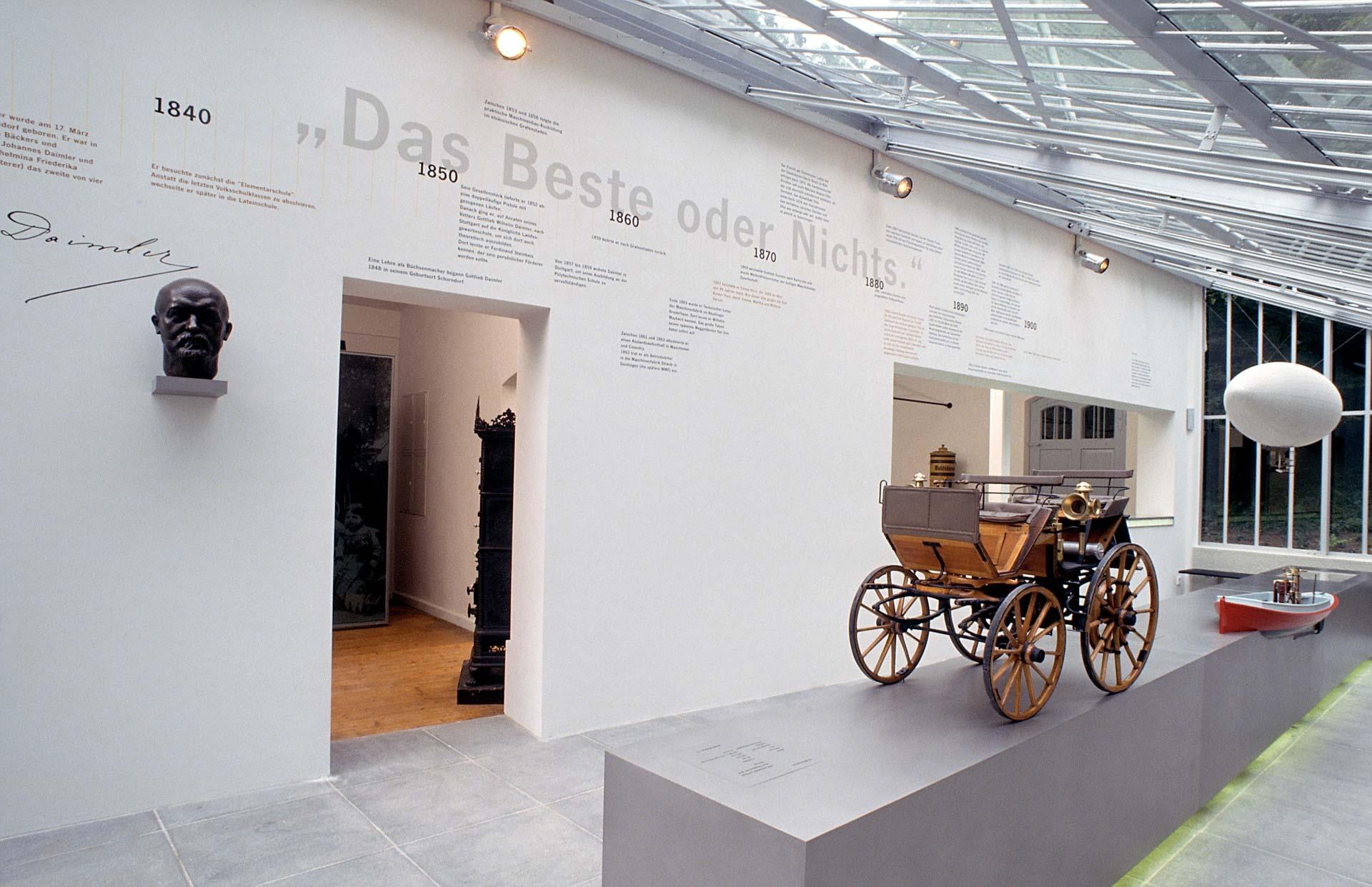 """Gottlieb-Daimler-Gedächtnisstätte in Stuttgart-Bad Cannstatt mit der rekonstruierten Versuchswerkstatt des Automobilerfinders Gottlieb Daimler. Ausstellung im Gewächshaus mit Büste und einem Modell der """"Motorkutsche"""""""