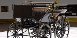 """Mercedes-Benz Museum, Mythosraum 1 """"Pioniere – Die Erfindung des Automobils"""". Auf dem Foto die 1886 von Gottlieb Daimler geschaffene Motorkutsche."""