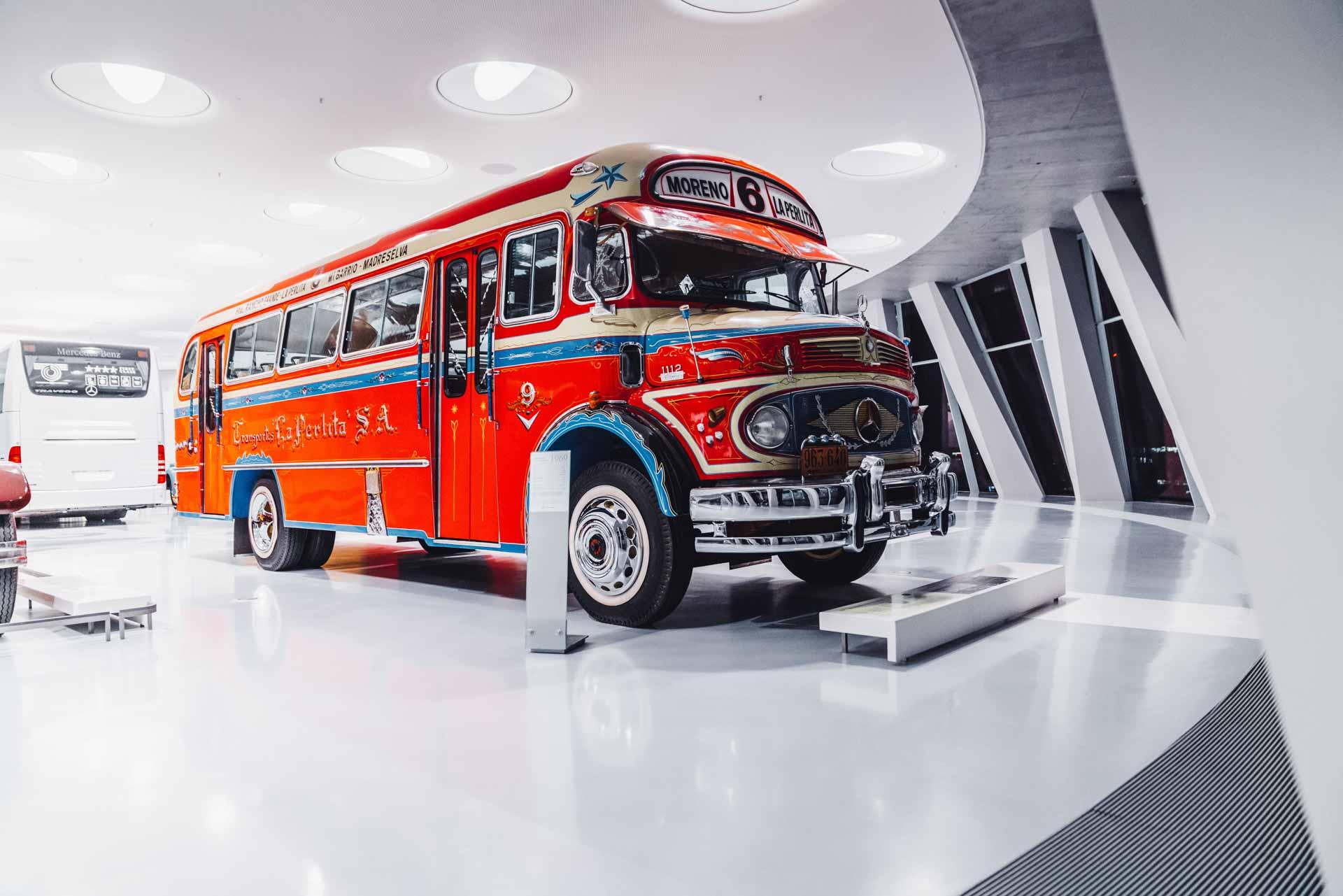 Mercedes-Benz Omnibus LO 1112 aus dem Jahr 1969, farbenfroh lackiert für den Einsatz in Buenos Aires. Exponat der Dauerausstellung im Mercedes-Benz Museum, Raum Collection 1 – Galerie der Reisen.