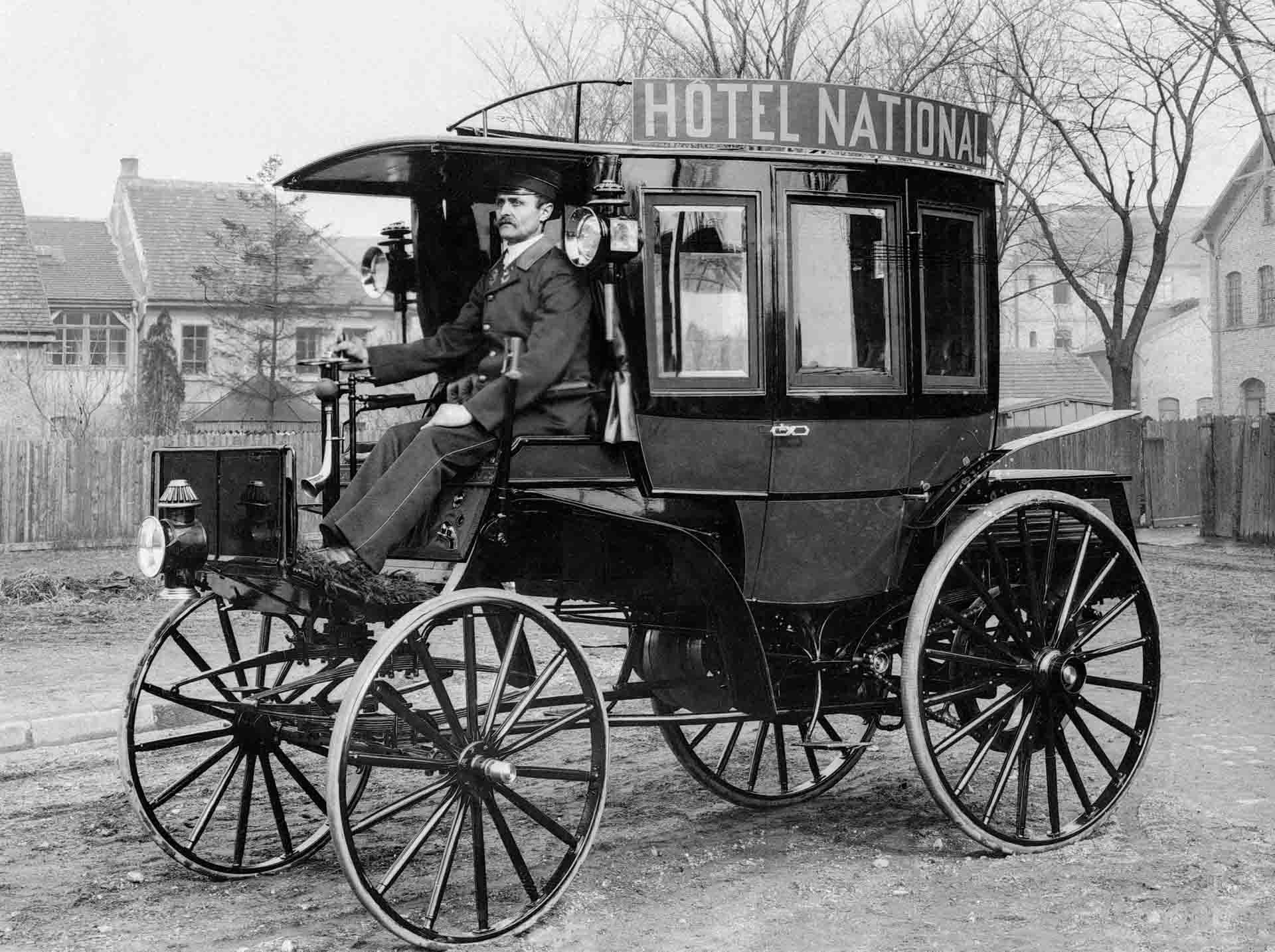 Benz Motoromnibus auf Basis des Benz Landauers mit acht Sitzen, hier in der Ausführung als Hotelomnibus. Ein solches Fahrzeug wird am 12. März 1895 an die Netphener Omnibus-Gesellschaft für den Liniendienst auf der Strecke Siegen–Netphen–Deuz ausgeliefert. Historische Fotografie.