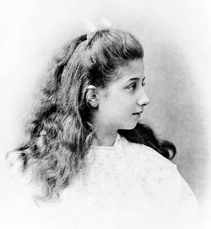 Die Namensgeberin: Mercedes Jellinek im Alter von 11 Jahren. Emil Jellinek wählte den Vornamen seiner Tochter zunächst als Pseudonym für die eigene Rennteilnahme mit Fahrzeugen der Daimler-Motoren-Gesellschaft, später wurde er zur Markenbezeichnung.