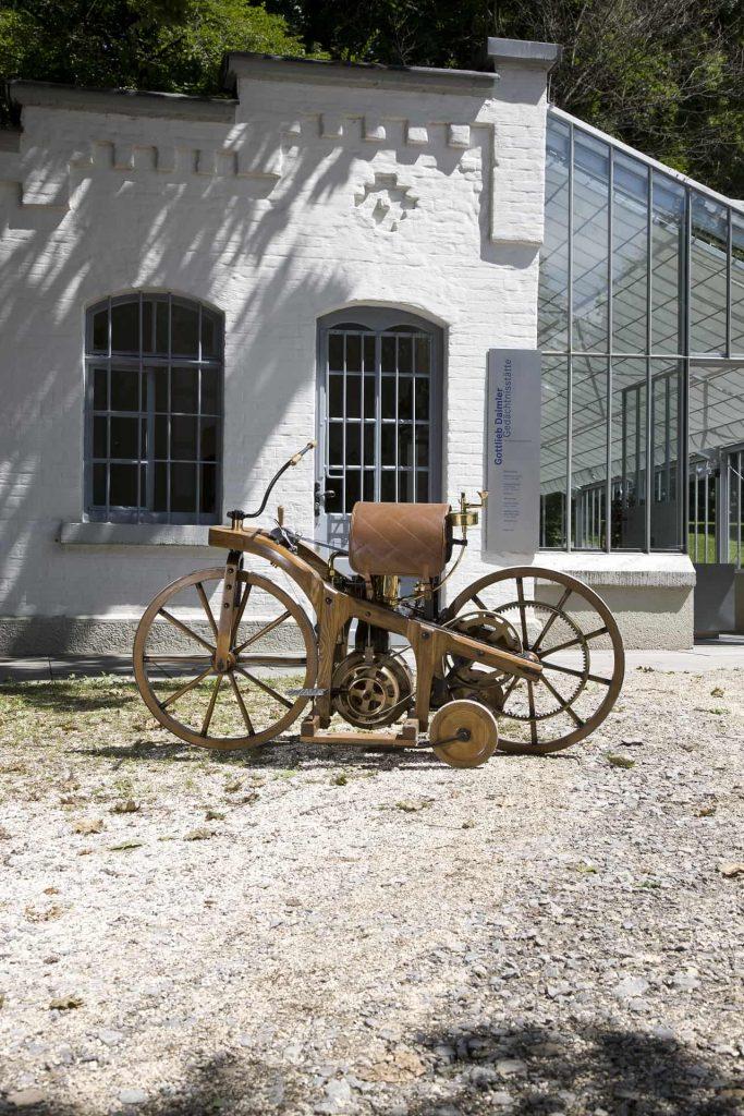 Nachbau des Daimler Reitwagens vor der Gottlieb-Daimler-Gedächtnisstätte in Bad Cannstatt. Hier entstand im Jahr 1885 der Reitwagen als Versuchsträger, um die Tauglichkeit der Gas- bzw. Petroleumkraftmaschine von Gottlieb Daimler und Wilhelm Maybach unter Beweis zu stellen. Der Reitwagen ist das erste Motorrad der Welt. Das Patent meldete Gottlieb Daimler am 29. August 1885 an.