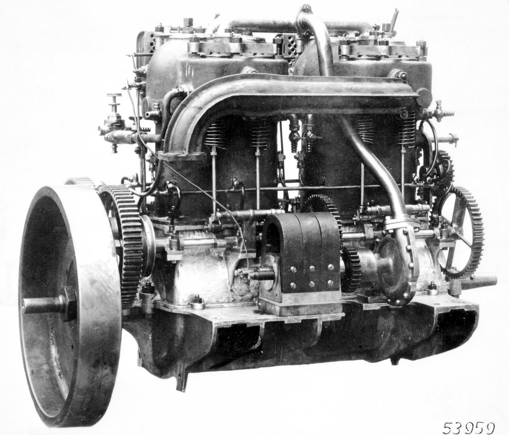 Hochleistungs-Vierzylindermotor des Mercedes 35 PS, Auslassseite. Gut erkennbar das Leichtmetall-Kurbelgehäuse, die frei liegende Auslass-Nockenwelle, der Zündmagnet und die Wasserpumpe.