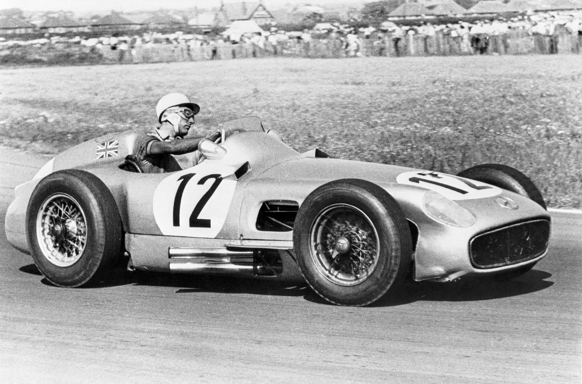 Großer Preis von Großbritannien in Aintree am 16. Juli 1955: Stirling Moss gewinnt das Rennen auf Mercedes-Benz Formel-1-Rennwagen W 196 R. Es ist der erste Sieg eines britischen Rennfahrers in diesem Grand Prix.