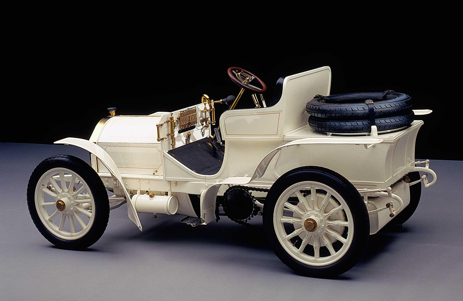 Mercedes-Simplex 40 PS aus dem Jahr 1903 in der Ausführung als Zweisitzer. Der Hochleistungssportwagen aus der Sammlung von Mercedes-Benz Classic gehört zu den ältesten erhaltenen Fahrzeugen der Marke Mercedes.
