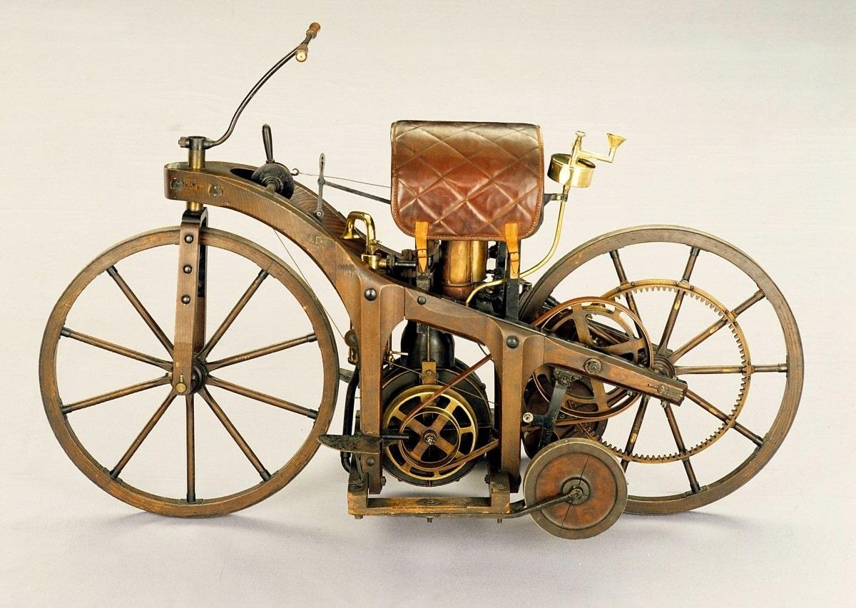 """""""Reitwagen"""" von Gottlieb Daimler, 1885. Foto eines originalgetreuen Nachbaus. In diesem Fahrzeug kommt erstmals Daimlers schnelllaufender Einzylindermotor zum Einsatz – eine Schlüsselerfindung auf dem Weg zum Automobil. Ein Jahr später baut er eine leistungsstärkere Variante des kompakten und leistungsfähigen Motors in eine Pferdekutsche ein und erschafft so das erste vierrädrige Automobil der Welt."""