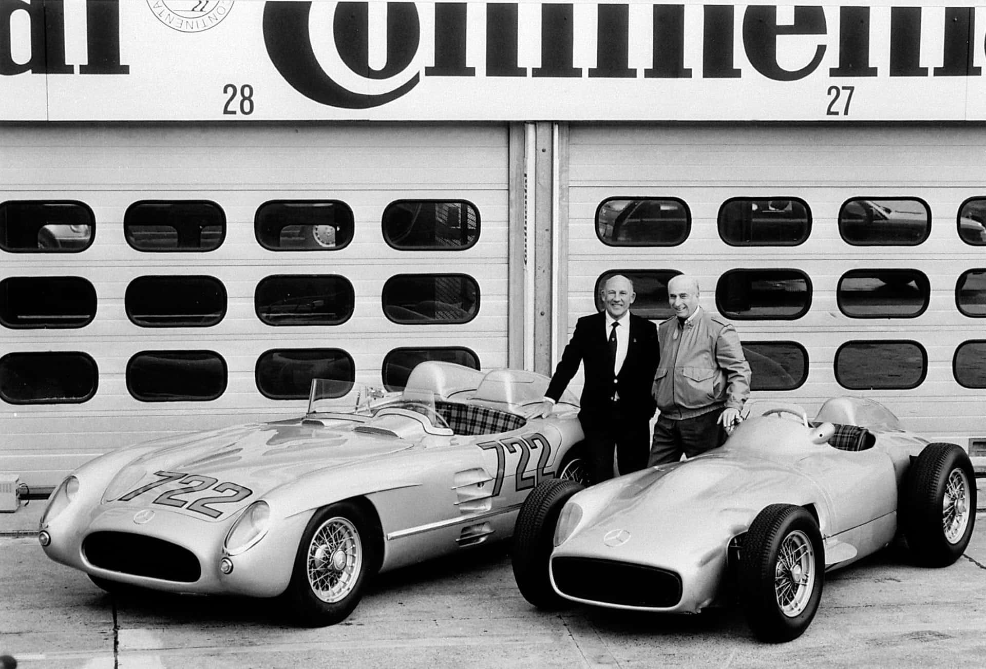Bilder Die Mercedes-Benz Rennfahrer Stirling Moss (links) und Juan Manuel Fangio auf dem Hockenheimring im Jahr 1991 mit dem Mercedes-Benz Rennsportwagen 300 SLR (W 196 S), der die Startnummer 722 der Mille Miglia 1955 trägt, sowie einem Mercedes-Benz Formel-1-Rennwagen W 196 R.