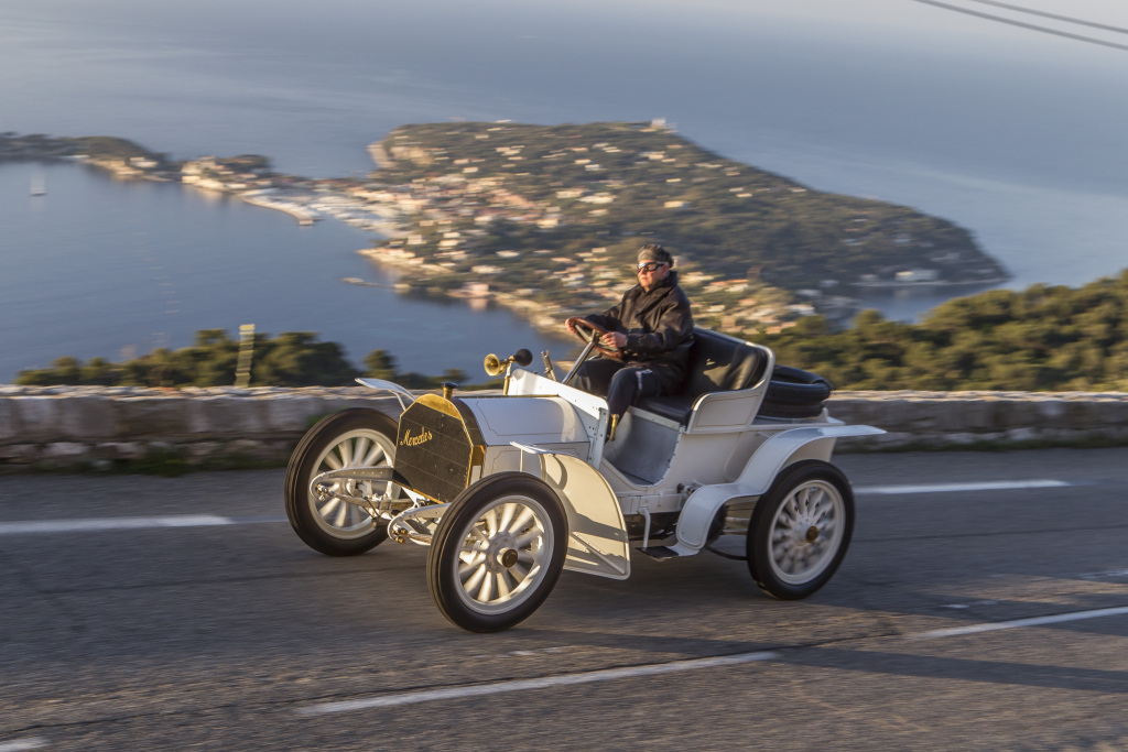 "Mercedes-Simplex 40 PS aus dem Jahr 1903, fotografiert auf der Straße von Nizza nach La Turbie, dem Zielort des Bergrennens der Woche von Nizza zu Beginn des 20. Jahrhunderts. Aufnahme von der Presseveranstaltung Classic Insight ""Die Ära Mercedes"" im April 2017. Mercedes-Simplex 40 PS from 1903, photographed on the road from Nice to La Turbie at the start of the 20th century, the destination of the hillclimb in Nice Week. Photo from the Classic Insight press event headed ""The Mercedes Era"" in April 2017."