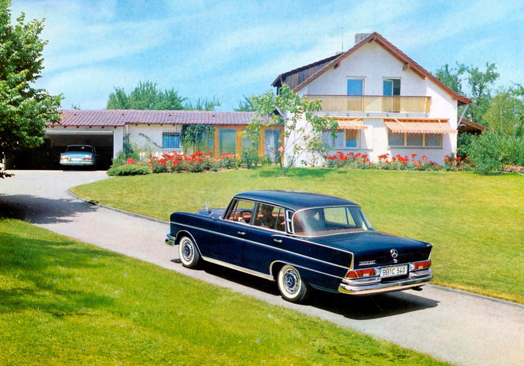 """Mercedes-Benz 300 SE """"Heckflosse""""-Limousine (W 112) mit einem auf dem Kotflügel montierten Seitenspiegel."""