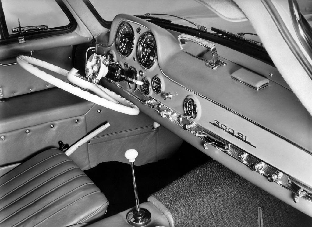 """Mercedes-Benz 300 SL """"Gullwing"""" (W 198) mit klappbarem Lenkrad für ein einfacheres Einsteigen sowie einem auf dem Armaturenbrett montierten Rückspiegel."""