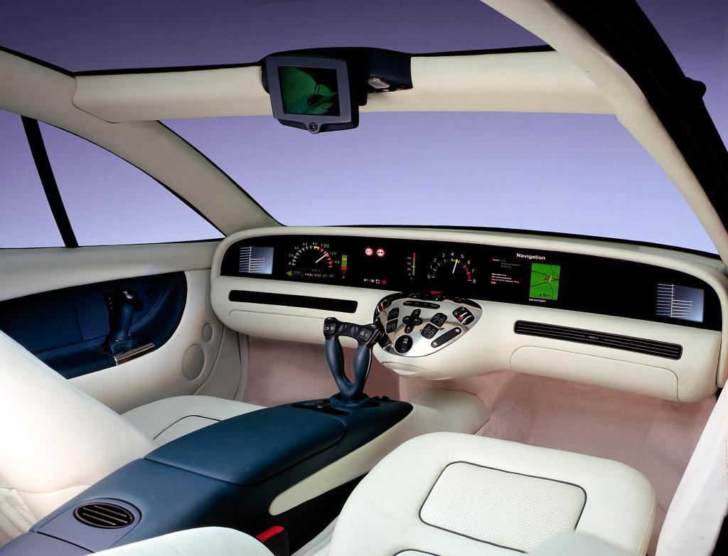 Mercedes-Benz Forschungsfahrzeug F 200 Imagination aus dem Jahr 1996. Statt Außenspiegeln hat er im Cockpit links und rechts Monitore. Ein weiterer Monitor befindet sich mittig am oberen Scheibenrand und ersetzt den dort üblicherweise angebrachten Innenspiegel: Er zeigt das Bild einer nach hinten gerichteten Kamera.