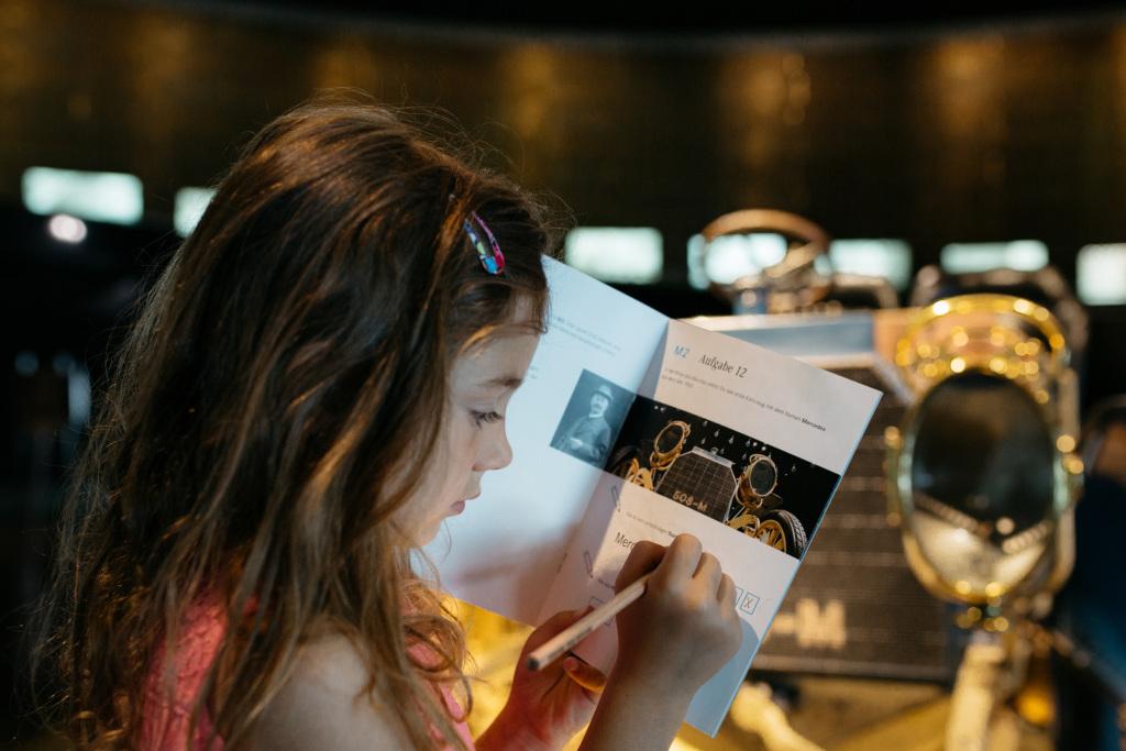 """Auf Entdeckungstour im Mercedes-Benz Museum: Ab dem 29. Mai 2020 stehen den jüngsten Besuchern des Mercedes-Benz Museums wieder das Entdeckerbüchlein und Themenhefte für die """"Kids-Rundgänge"""" in der Ausstellung zur Verfügung."""