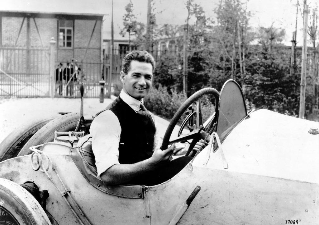 Ralph DePalma im Juli 1914 im Werk Untertürkheim am Steuer eines Mercedes Grand-Prix-Rennwagens. Er erwirbt am Ende aber nicht dieses Fahrzeug (das in Lyon mit Otto Salzer den dritten Platz belegt hat), sondern den von Louis Wagner auf den zweiten Platz gesteuerten Wagen.