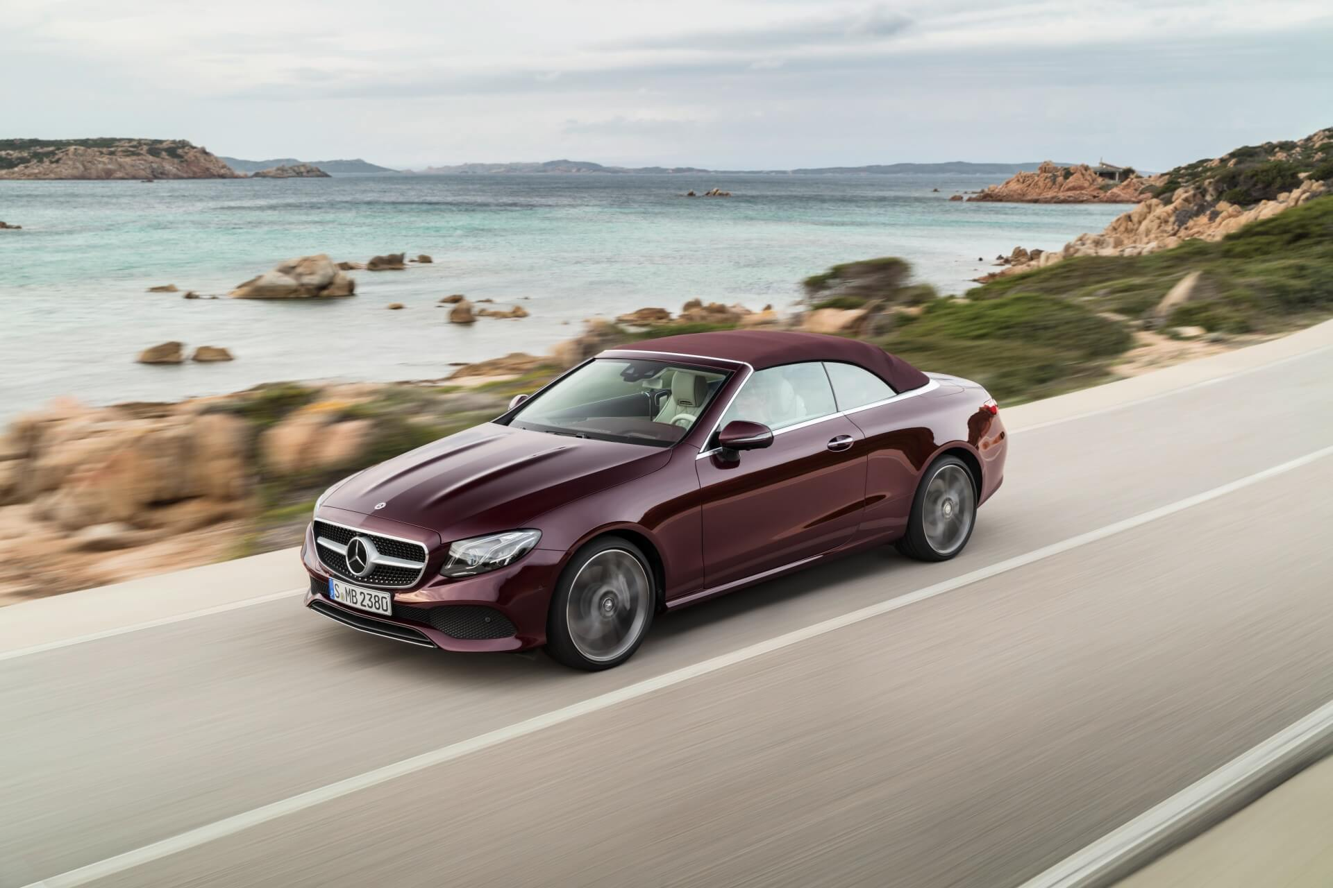 Mercedes-Benz E-Klasse Cabriolet; 2017; Exterieur: rubellitrot metallic, 25th Anniversary Edtion, Stoffverdeck dunkelrot