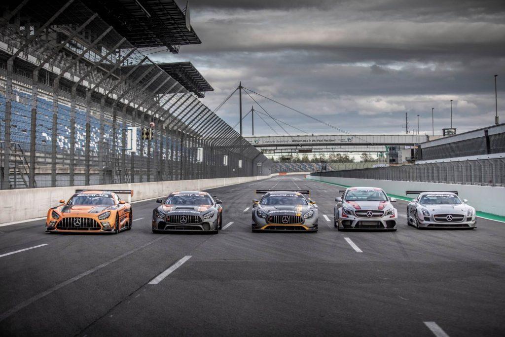 Rennfahrzeuge des Mercedes-AMG Customer Racing Programms seit 2010. Von rechts nach links: Mercedes-Benz SLS AMG GT3 (2010), CLA 45 AMG Racing Series (2014), Mercedes-AMG GT3 (2015), Mercedes-AMG GT4 (2017) und Mercedes-AMG GT3 (2019).