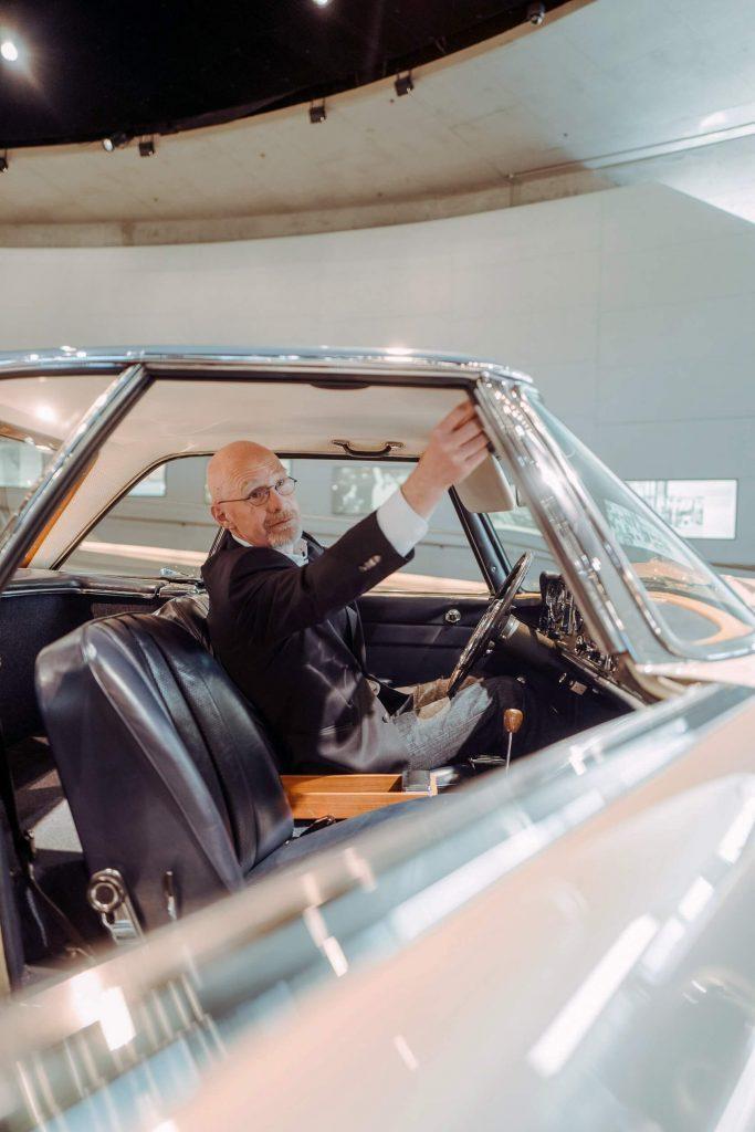 """Dreharbeiten für die dritte Folge der Videoserie """"Exclusive Insights: The Cars of the Mercedes-Benz Museum"""" auf Instagram TV. Museumsguide Pádraic Ó Leanacháin im Mercedes-Benz 230 SL """"Pagode"""" im Mythosraum 5: Vordenker – Sicherheit und Umwelt, 1960 bis 1982."""