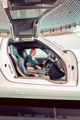 """Dreharbeiten für die vierte Folge der Videoserie """"Exclusive Insights: The Cars of the Mercedes-Benz Museum"""" auf Instagram TV. Museumsguide Pádraic Ó Leanacháin im Mercedes-Benz SLS AMG Coupé Electric Drive im Mythosraum 6: Aufbruch – Der Weg zur emissionsfreien Mobilität, 1982 bis heute."""