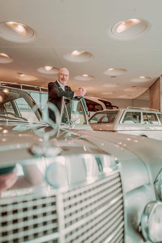 """Dreharbeiten für die fünfte Folge der Videoserie """"Exclusive Insights: The Cars of the Mercedes-Benz Museum"""" auf Instagram TV. Museumsguide Pádraic Ó Leanacháin am Mercedes-Benz 300 SEL 6.3 im Collectionsraum 1: Galerie der Reisen."""