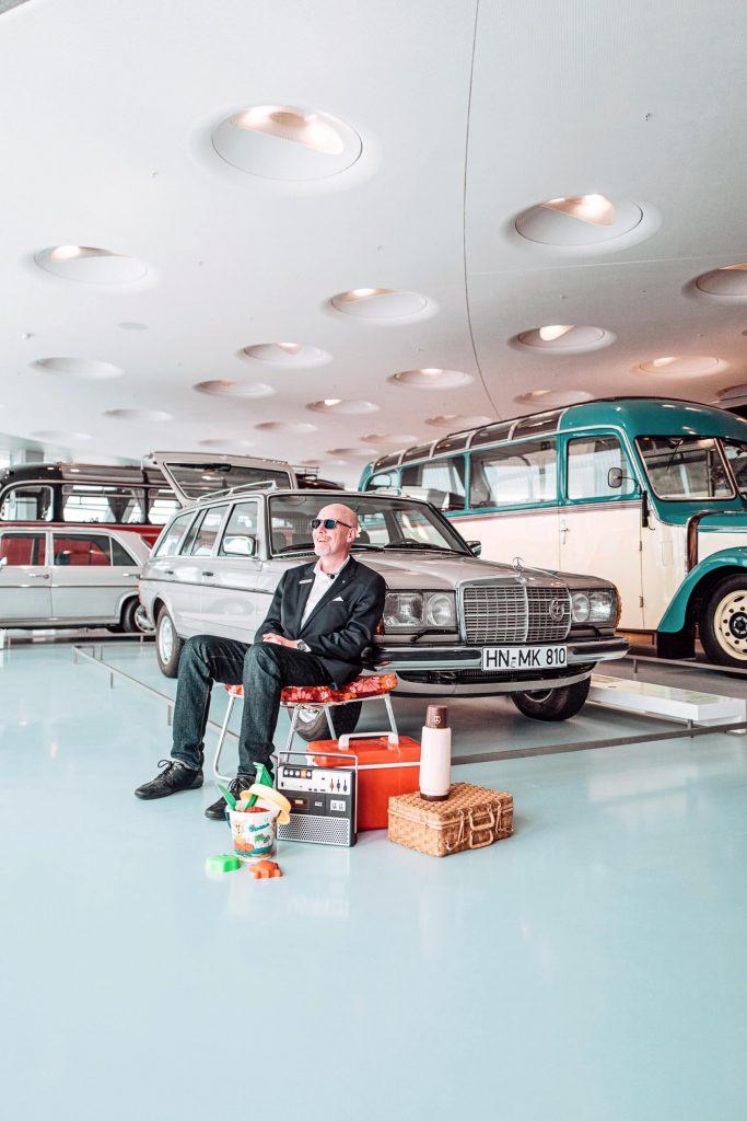 """Dreharbeiten für die siebte Folge der Videoserie """"Exclusive Insights: The Cars of the Mercedes-Benz Museum"""" auf Instagram TV. Museumsguide Pádraic Ó Leanacháin vor dem Mercedes-Benz 300 TD im Collectionsraum 1: Galerie der Reisen."""