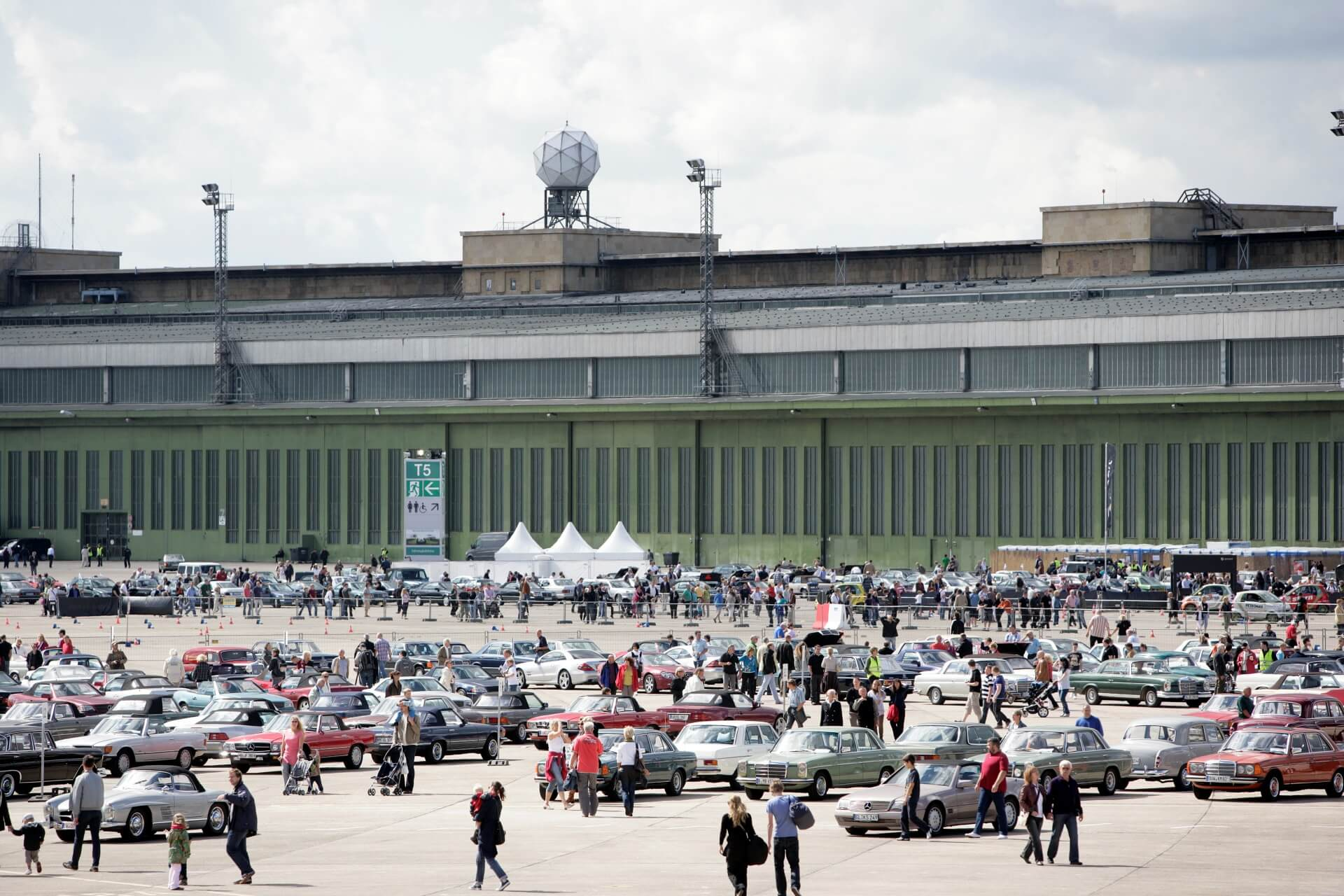 """Starke Markengemeinschaft: Treffen """"Mercedes-Benz & Friends"""" im Jahr 2001 auf dem Gelände des Flughafens Berlin-Tempelhof."""