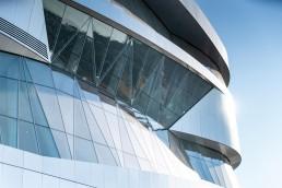 Mercedes-Benz Museum, Stuttgart. Außenansicht mit Ausschnitt der Fassade.