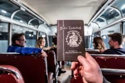 """""""Der Autler"""": Das Liederbuch hat der Allgemeine Schnauferl-Club im Jahr 1902 herausgegeben, um das soziale Miteinander der Mitglieder bei ihren Zusammenkünften und """"Schnauferl-Feiern"""" zu fördern. Es ist eines von """"33 Extras"""" im Mercedes-Benz Museum."""