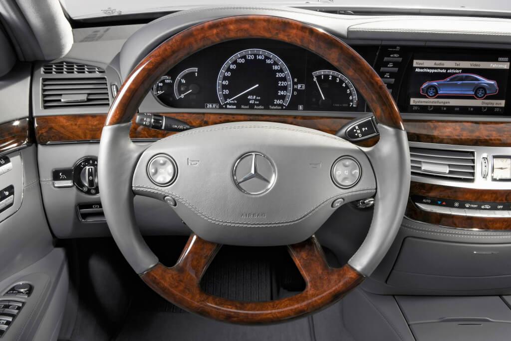 Lenkrad und Kombiinstrument der Mercedes-Benz S-Klasse der Baureihe 221. Foto aus dem Jahr 2005.
